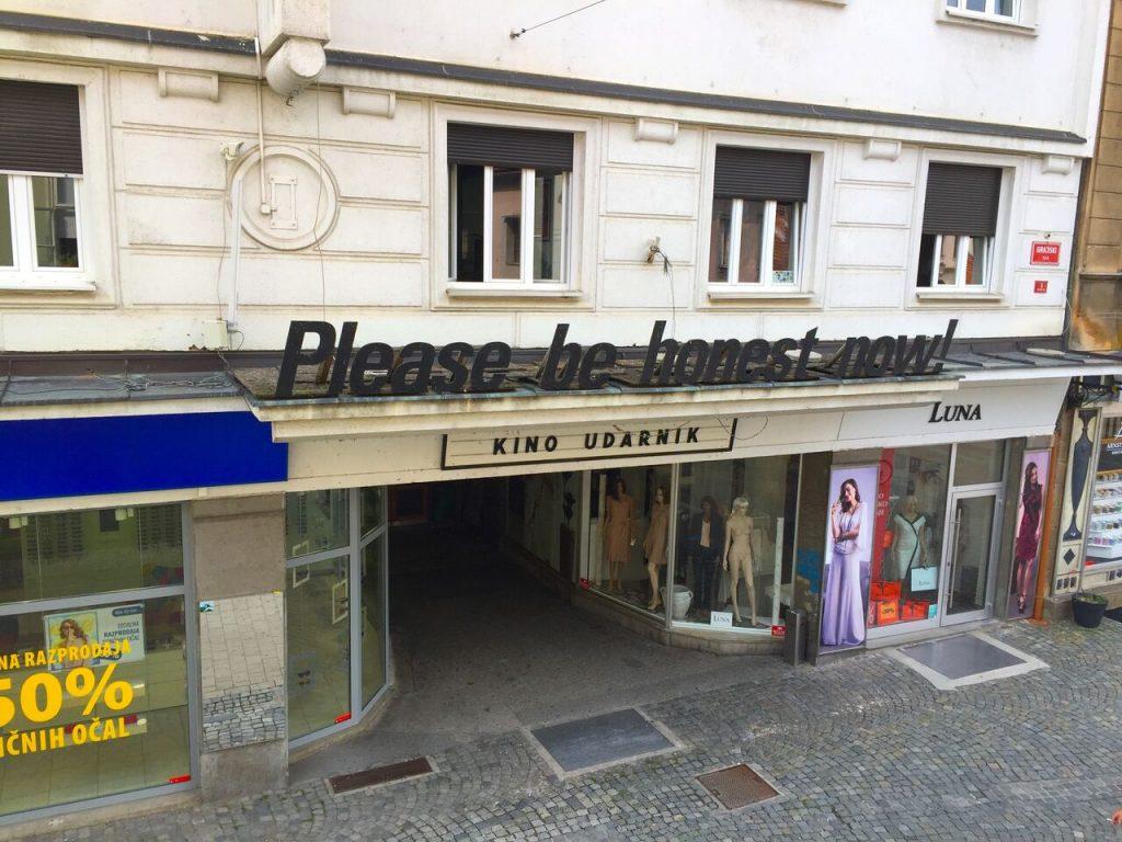 "Heiko Beck Kos, ""Please be honest now!"", 2012, oljna barva na vezani plošči. Fotografirano 2018 iz nekdanje pisarne glavne direktorice EPK Maribor 2012."